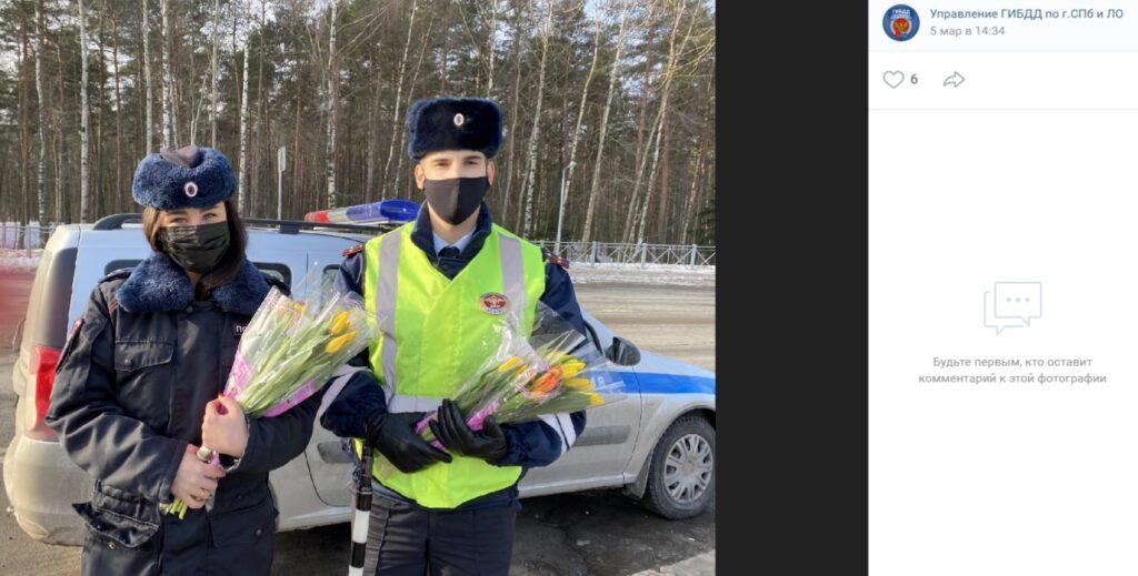 В Сосновом Бору сотрудники ГИБДД в преддверии праздника дарили цветы