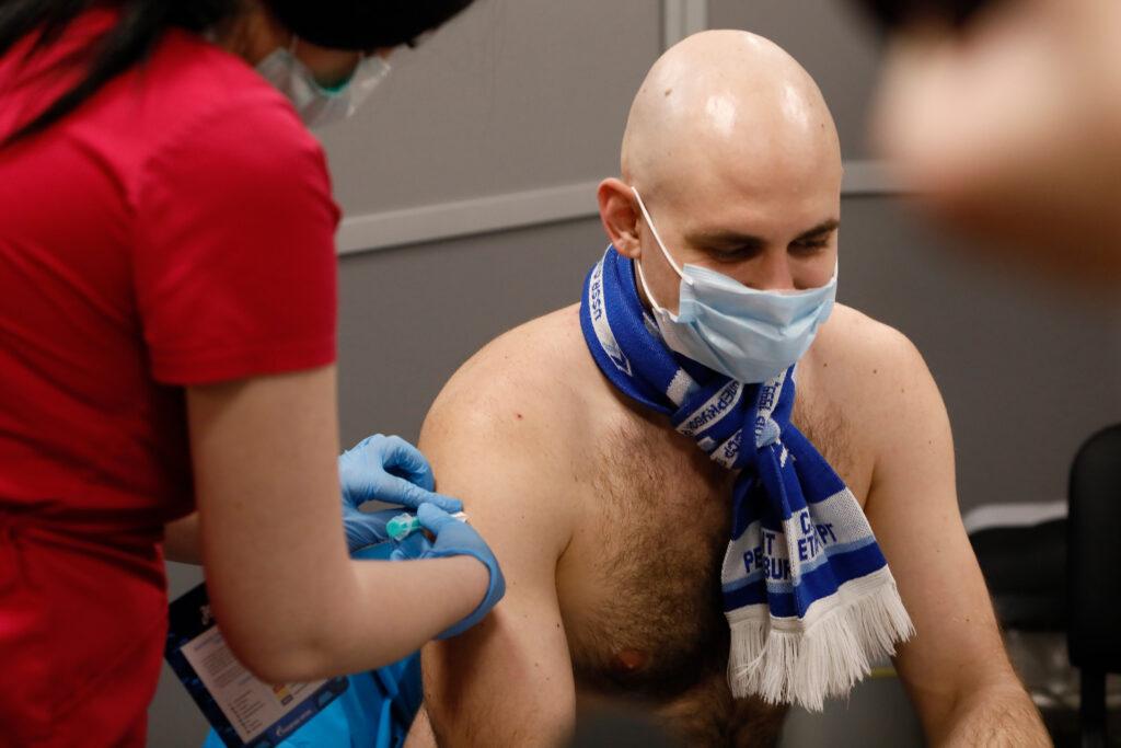 В «Газпром Арене» во время матча болельщиков вакцинировали от COVID-19: фоторепортаж Мойки78