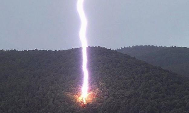 Фотограф сделал снимок огромной молнии, разносящей в щепки дерево