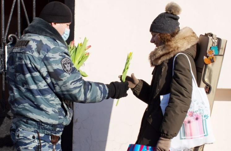 Бойцы ОМОН поздравили петербурженок с 8 марта