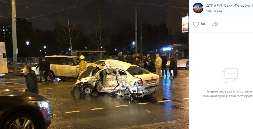Полиция проверяет смертельное ДТП с такси на Васильевском