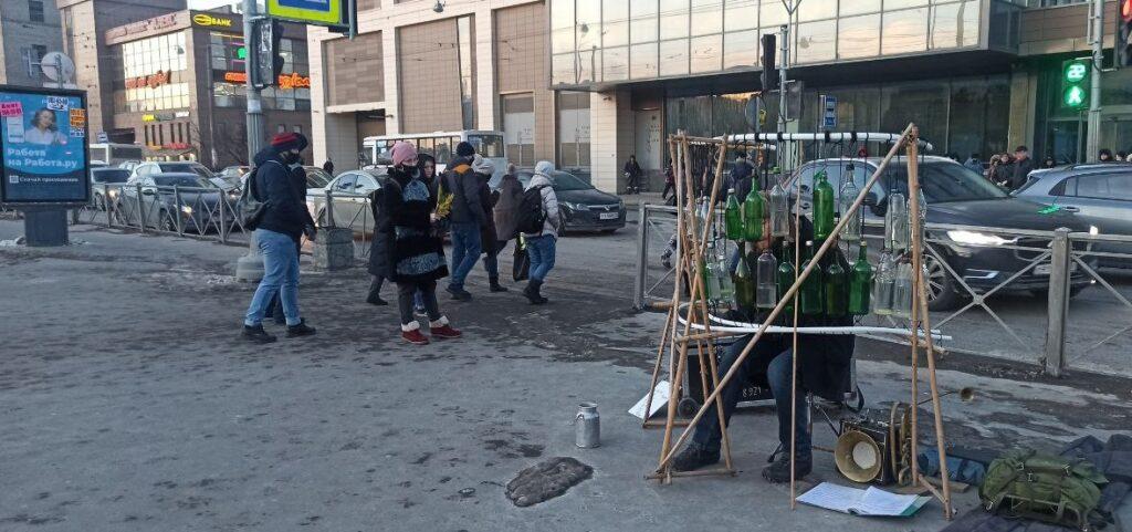 Уличный музыкант сыграл на бутылках у метро Ломоносовская