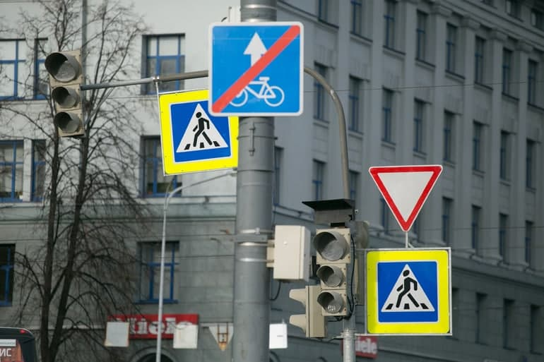 В Петербурге водитель сбил школьницу возле неработающего светофора
