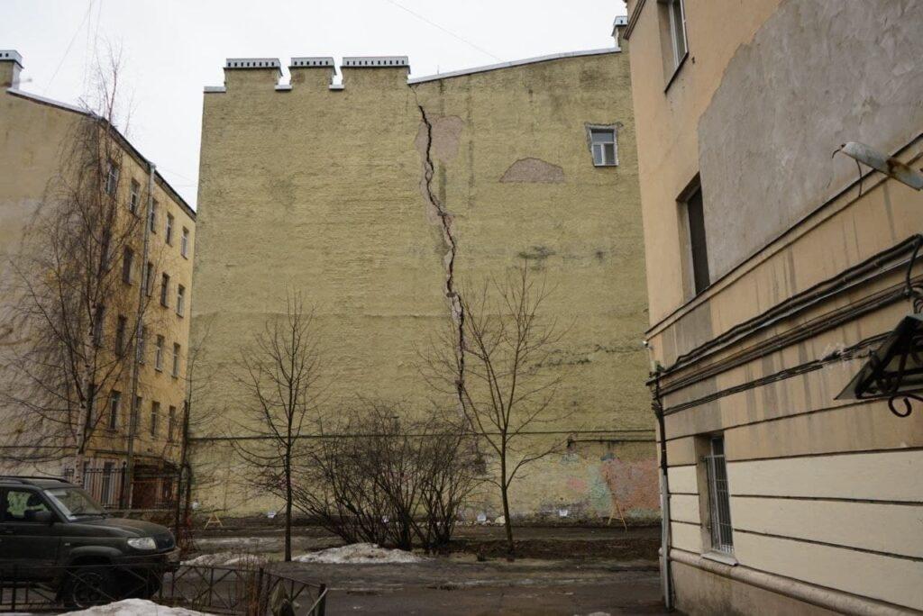 Чиновники проследят за фасадом треснувшего на Черняховского дома: жителей могут эвакуировать