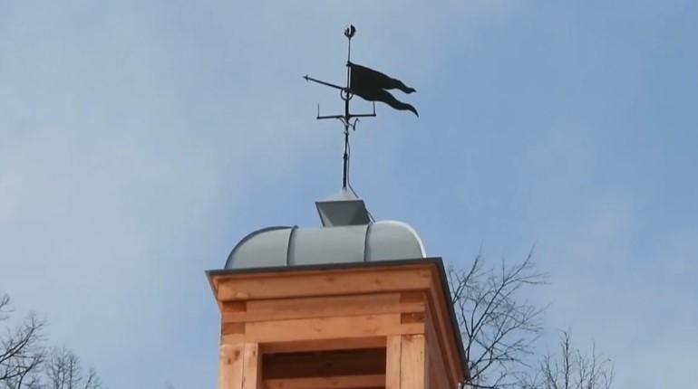 На Библиотечный флигель в Монрепо после реставрации вернулся флюгер-флажок
