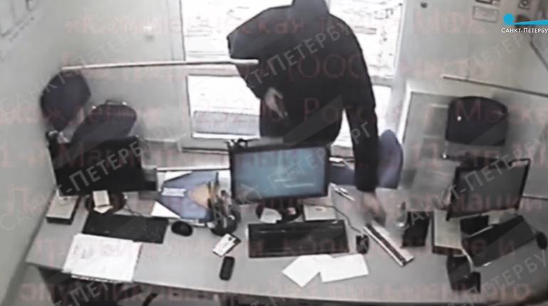 Мужчина пришел с пистолетом в микрокредитную организацию, забрал 5 тысяч и скрылся