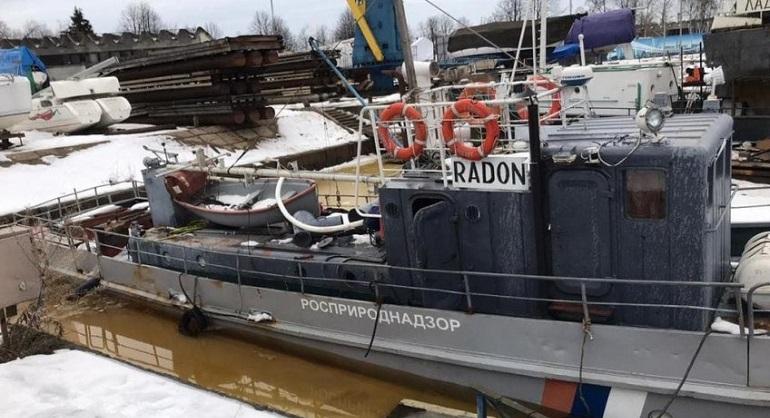 Перепады температур стали причиной подтопления катера Росприроднадзора на Петровской косе