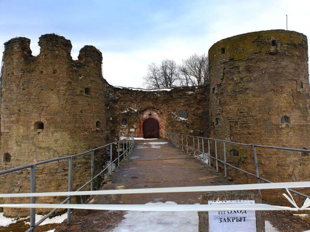 В крепости Копорье реставрируют обвалившуюся арку