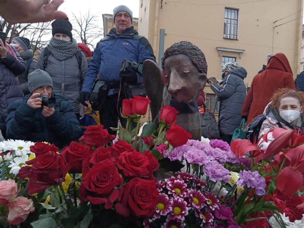 «Печального ангела» на Карповке открыли второй раз: активисты пришли, чиновников не пригласили