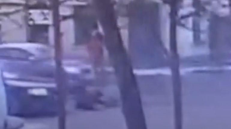 Опубликовано видео, как смольнинская Audi сбила ребенка на самокате