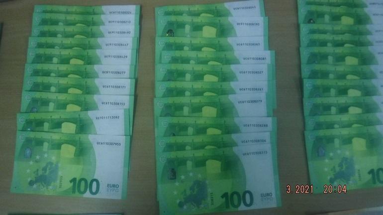 На посту Брусничное таможенники обнаружили у жительницы Якутска 11 тысяч евро наличными