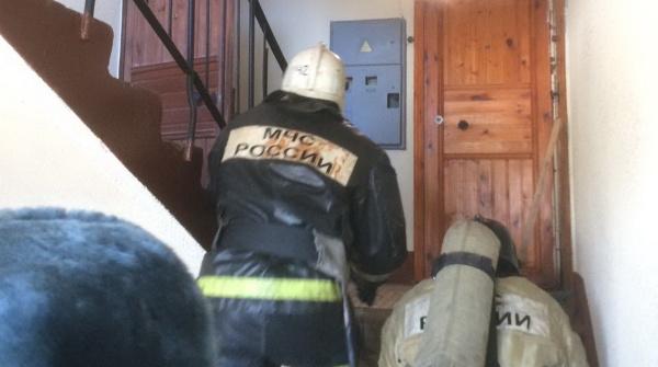 При тушении подсобки в Рябово спасатели эвакуировали жильцов многоэтажки