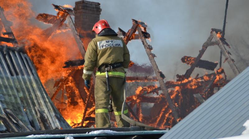 В Сестрорецке горит цех по деревообработке: ранг пожара повышен до №2