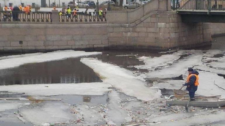 Крюков канал очистили от мусорных льдин