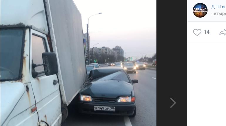 На проспекте Луначарского произошло ДТП с двумя легковушками и «Газелью»