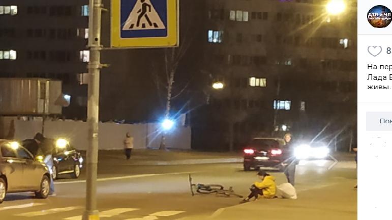Курьер на велосипеде попал под колеса автомобиля в Красносельском районе Петербурга