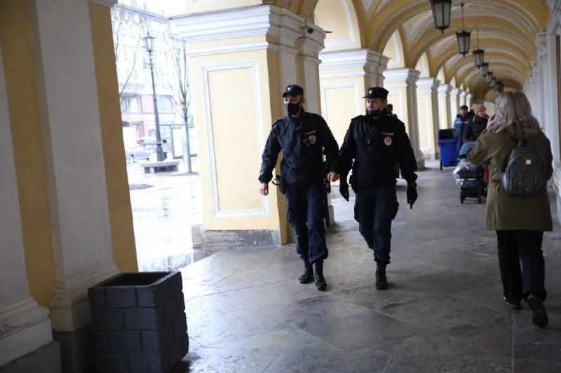 Сотрудники полиции выстроились вдоль Невского проспекта