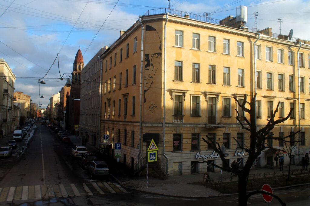 Стрит-арт с Хармсом на улице Маяковского пытаются закрасить через суд
