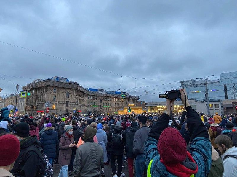 В толпе протестующих на Сенной площади начали взрывать петарды