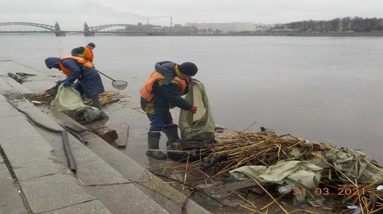 В Петербурге нашли и очистили самый замусоренный участок Невы