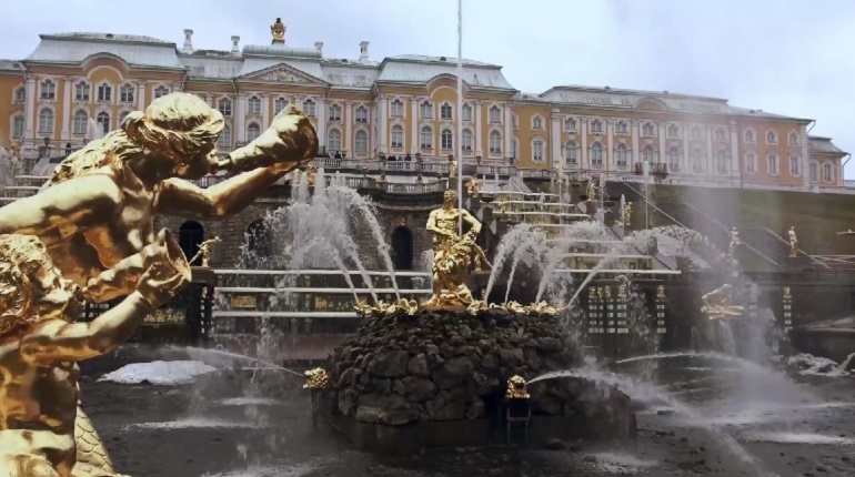 В Петергофе из-за штормового ветра закрывают парки и музеи