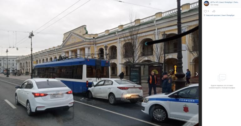 В ДТП с такси и троллейбусом на Невском пострадали мужчина и женщина