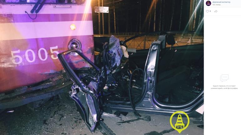 Каршеринговый Hyundai разбился об трамвай на проспекте Испытателей