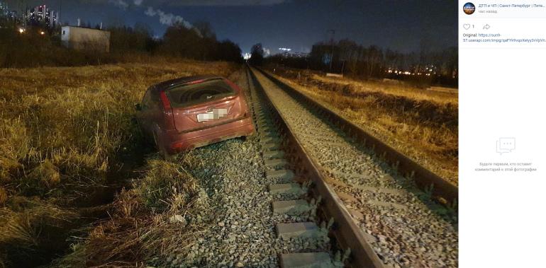 Неизвестный таранил парковку в Кудрово, а затем бросил машину на рельсах
