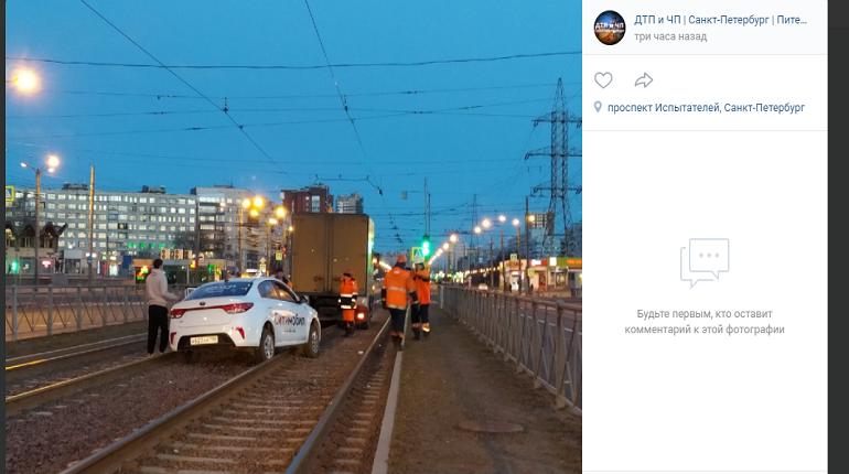 В Приморском районе таксист не давал трамваям проехать по путям