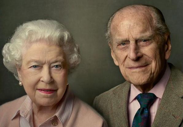 Королева Елизавета II в день похорон мужа пережила двойную утрату