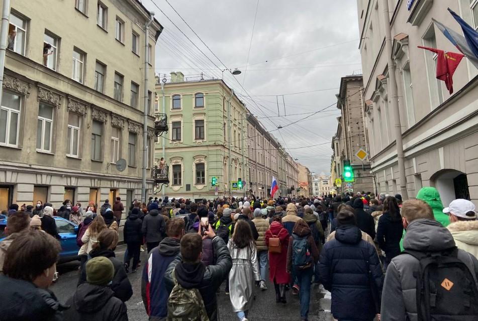 Участники несогласованной акции направились в сторону Сенной площади