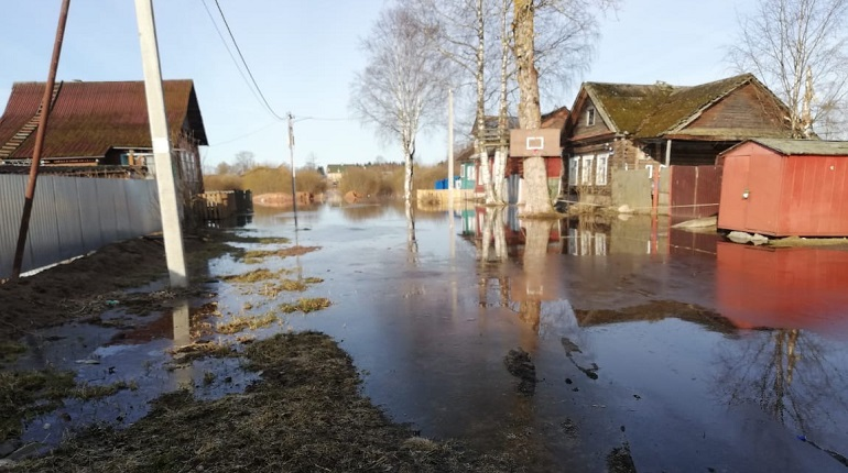 В Тихвине вода из-за паводка подошла к жилым домам