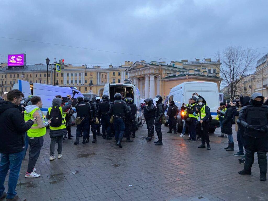 На Сенной площади начались массовые задержания