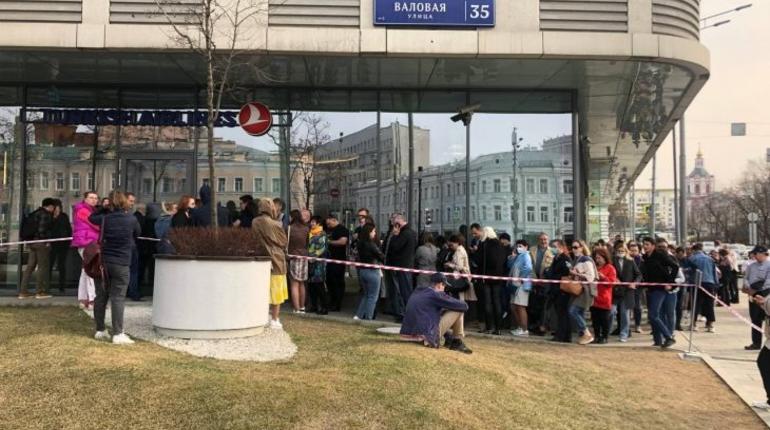 Урны не справляются с объемами мусора от толпы из несостоявшихся туристов у офиса Turkish Airlines в Москве