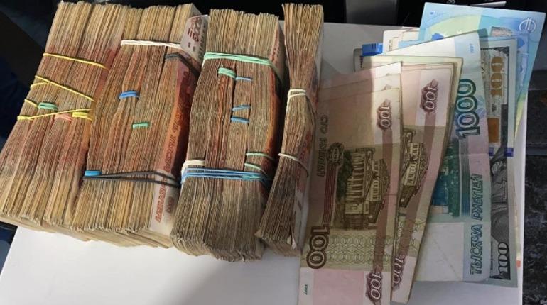 В Петербурге провели 13 обысков по делу о телефонном мошенничестве