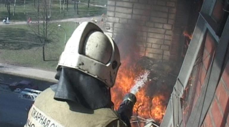 На Энергетиков ночью пожарные за полчаса потушили кладовку в «двушке»