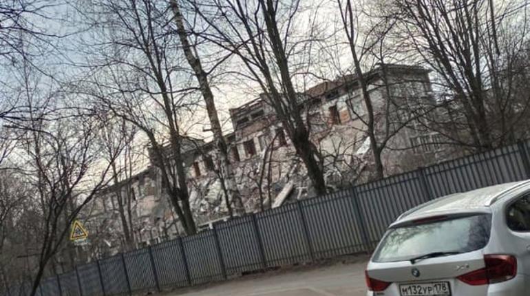 В Выборгском районе сносят здание школы