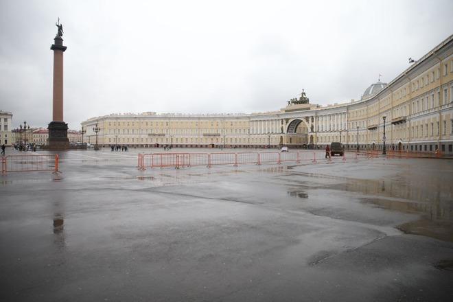 Силовики установили ограждения на Дворцовой площади и Невском проспекте