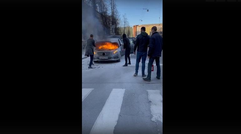 В Петроградском районе горел «Мерседес»