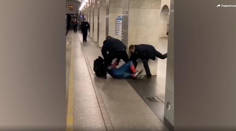 В метро Петербурга попытались задержать «человека-паука»