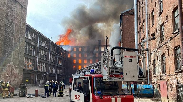 Пожарный погиб при тушении здания Невской мануфактуры