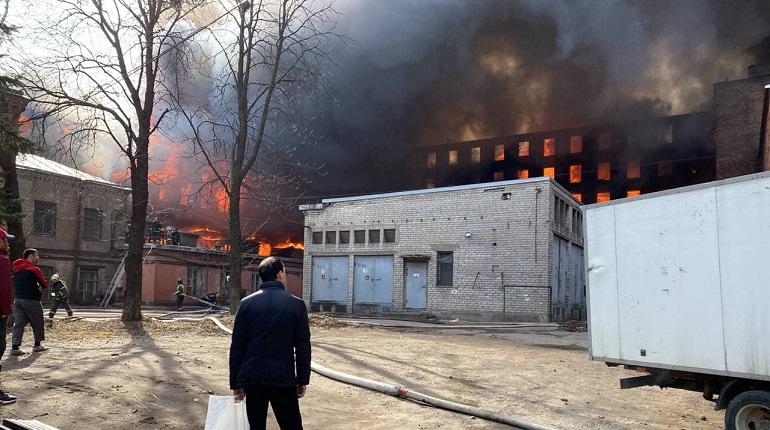 Видео: пожар обрушил кровлю «Невской мануфактуры» на Октябрьской