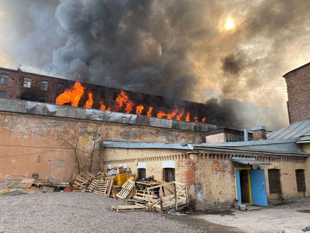 Из-за пожара на «Невской мануфактуре» эвакуировали соседний хостел