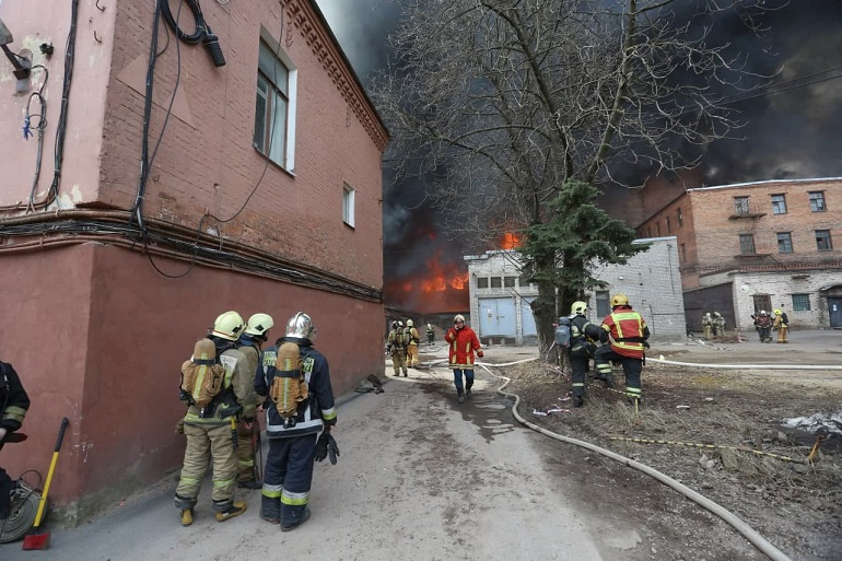 Пятый день на «Невской мануфактуре»: пожарные проливают два очага возгорания в завалах