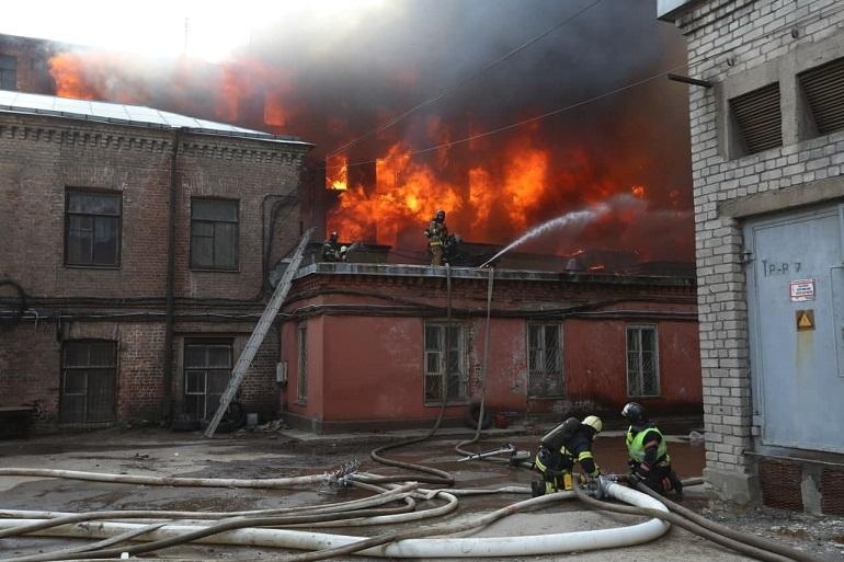 Отдыхающих петербургских пожарных подняли по тревоге