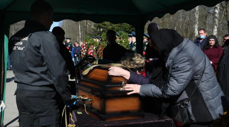 Погибшего на «Невской мануфактуре» пожарного похоронили на Серафимовском кладбище