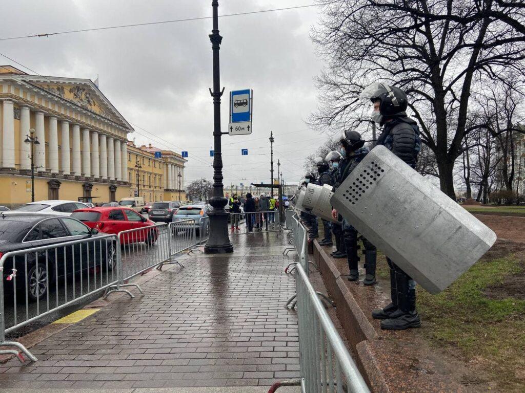 Полицейские вывели всех с Дворцовой площади за ограждения
