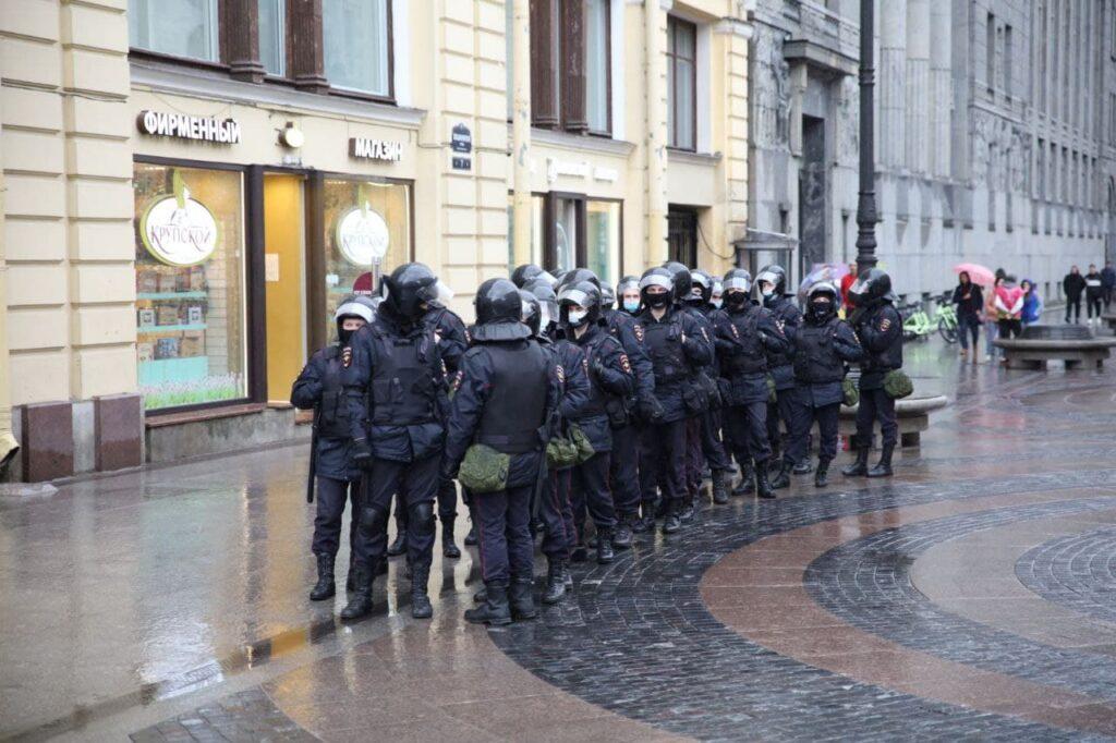 Подходы к Дворцовой площади перекрыты: петербуржцы не могут пройти по своим делам