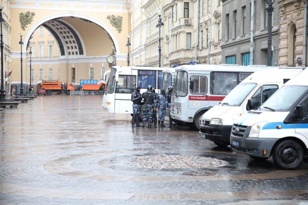 Дворцовую площадь перекрыли, правоохранители застыли в ожидании: фото
