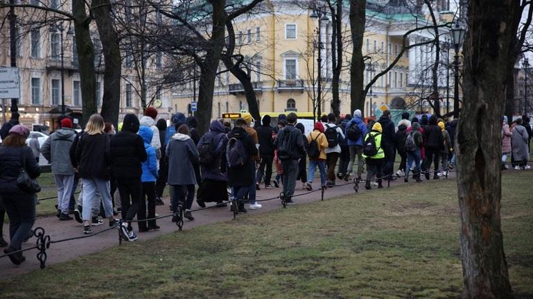 Толпа участников акции протеста двинулась в сторону Сенатской площади и Мариинского дворца